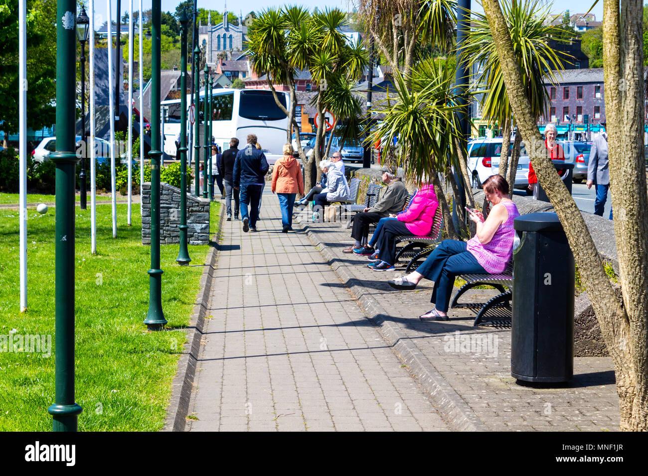 Touristen genießen den Sonnenschein in Kinsale Irland, einem beliebten Urlaubsziel. Stockbild