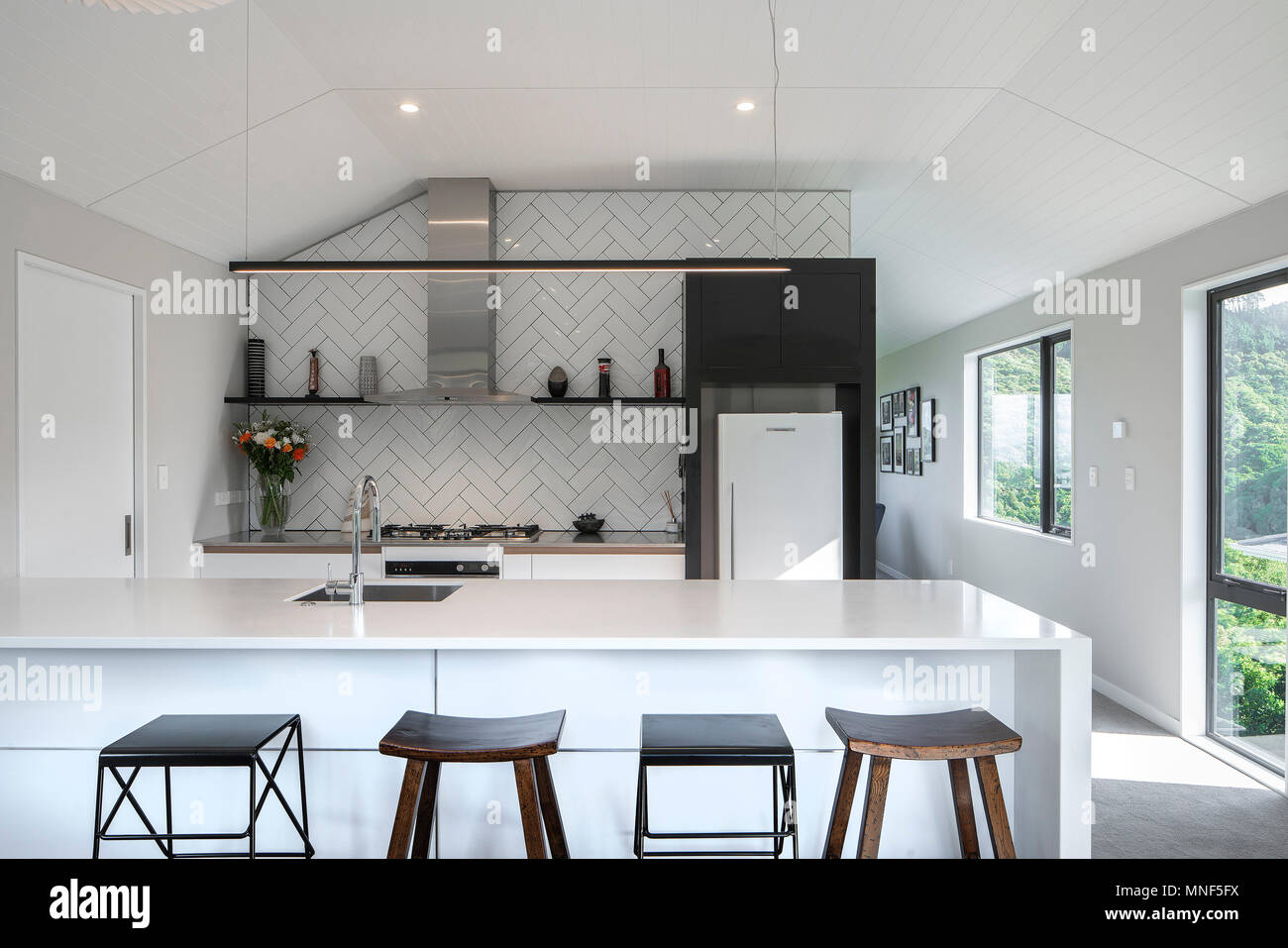 Weiße Küche Interieur mit Sitzbank und Barhocker an der Theke ...