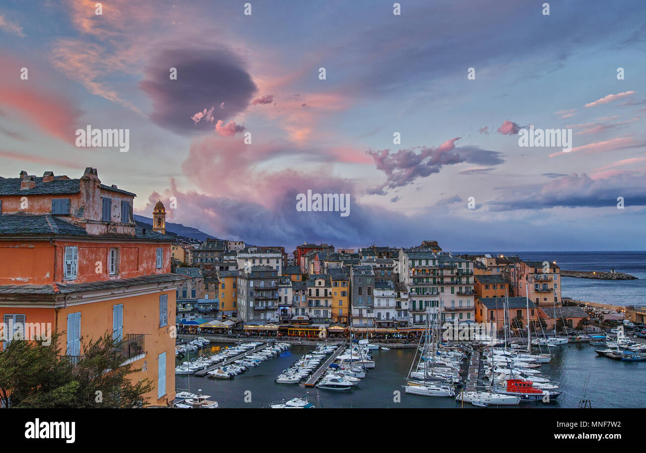 Hafen von Bastia, Korsika. Im Hintergrund sehen Sie brennende Wälder von Korsika Stockbild