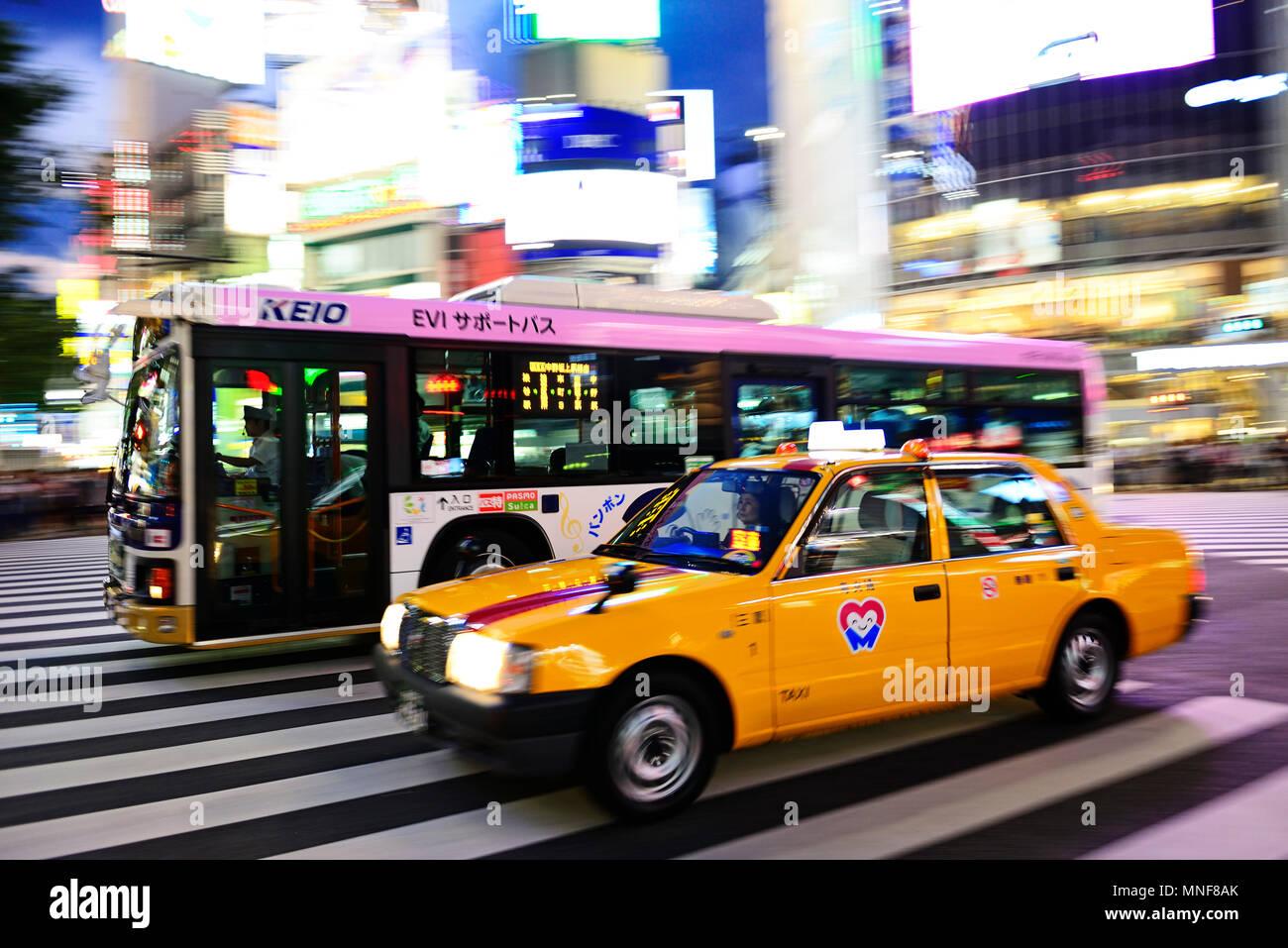 Infrastruktur, Verkehr, Taxi und Bus auf Meiji Dori-Street, Shibuja Crossing, Tokio, Japan Stockbild