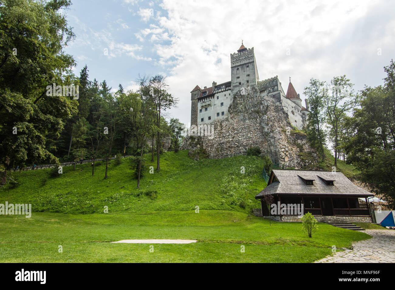 Bran, Rumänien - 20. Juli 2017: Die mittelalterliche Burg von Kleie. Das Schloss in der Vergangenheit bewacht die Grenze zwischen Siebenbürgen ein Walachei. Es ist auch Kno Stockbild