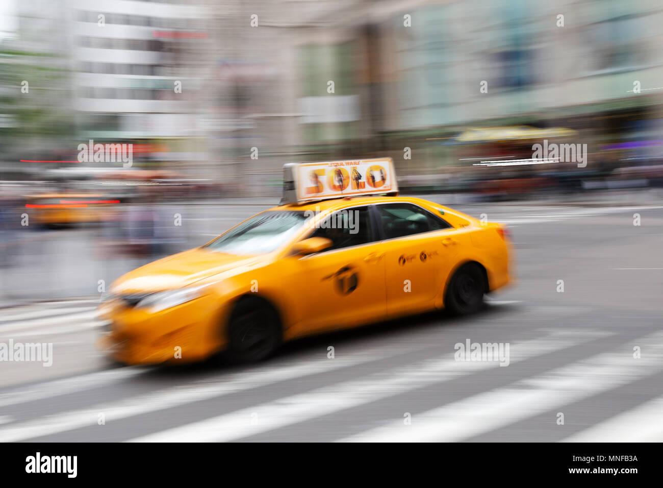 New York Taxi, Bewegungsunschärfe, Fifth Avenue, New York City, USA Stockbild