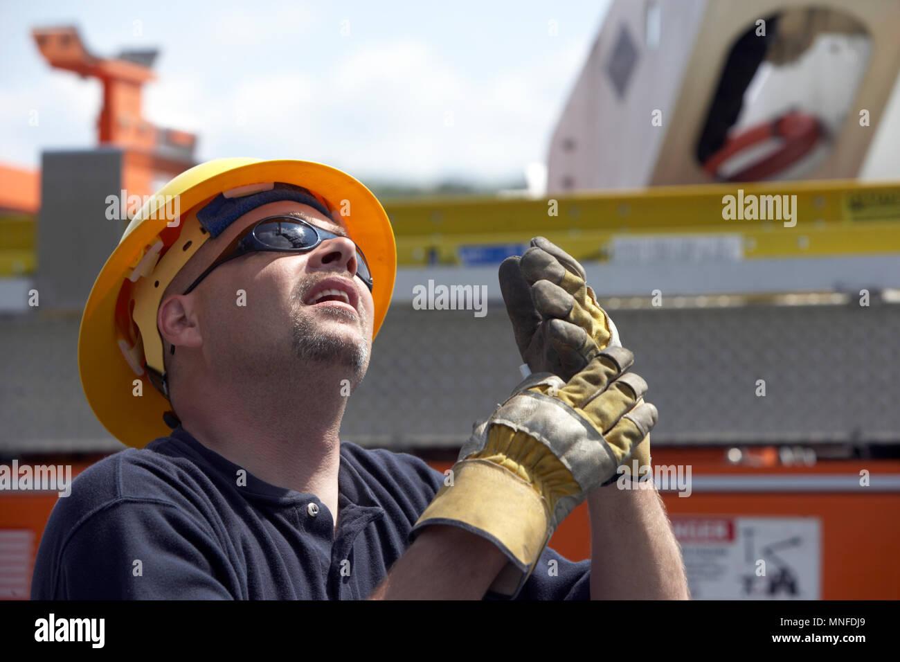 Elektrische Dienstprogramm Arbeiter schaut In Arbeit an einem Projekt zur Verbesserung der Infrastruktur Stockbild