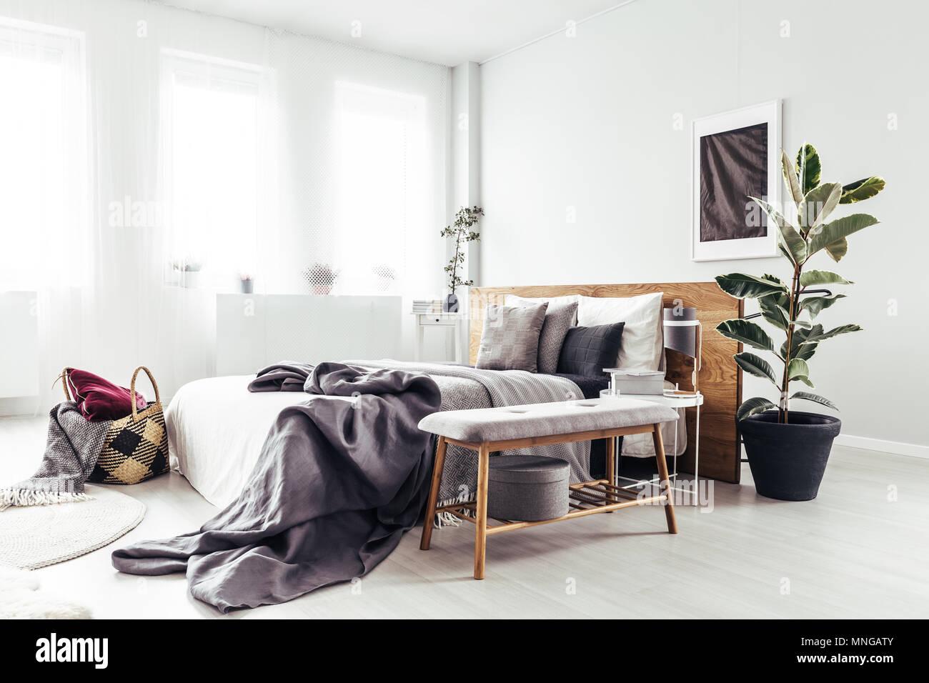 Holzbank Und Anlage Neben Dem Bett Mit Grau Bettwäsche In Hellen