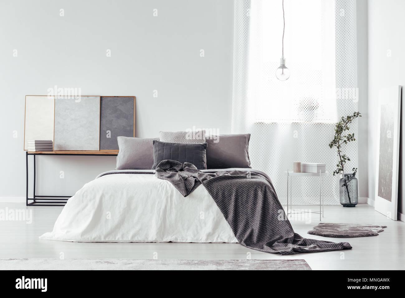Gemusterte Decke Auf Dem Bett Mit Kissen Grau In Gemutlichen Schlafzimmer Innenraum Mit Vase Plakate Und Speicherplatz Auf Der Weissen Wand Kopieren Stockfotografie Alamy