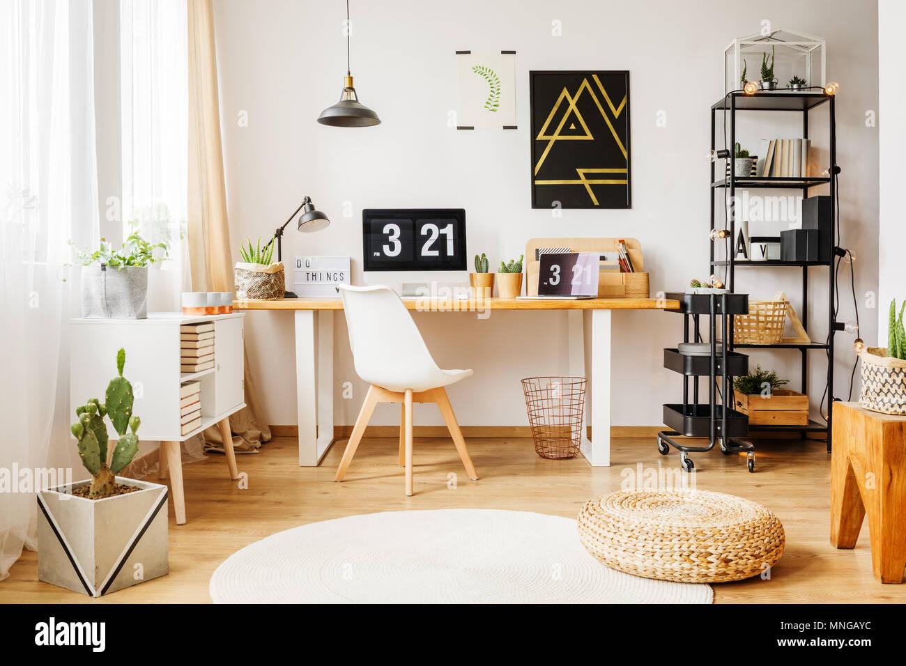 skandinavische zimmer in einem modernen loft mit minimalistischen poster auf wei er wand. Black Bedroom Furniture Sets. Home Design Ideas
