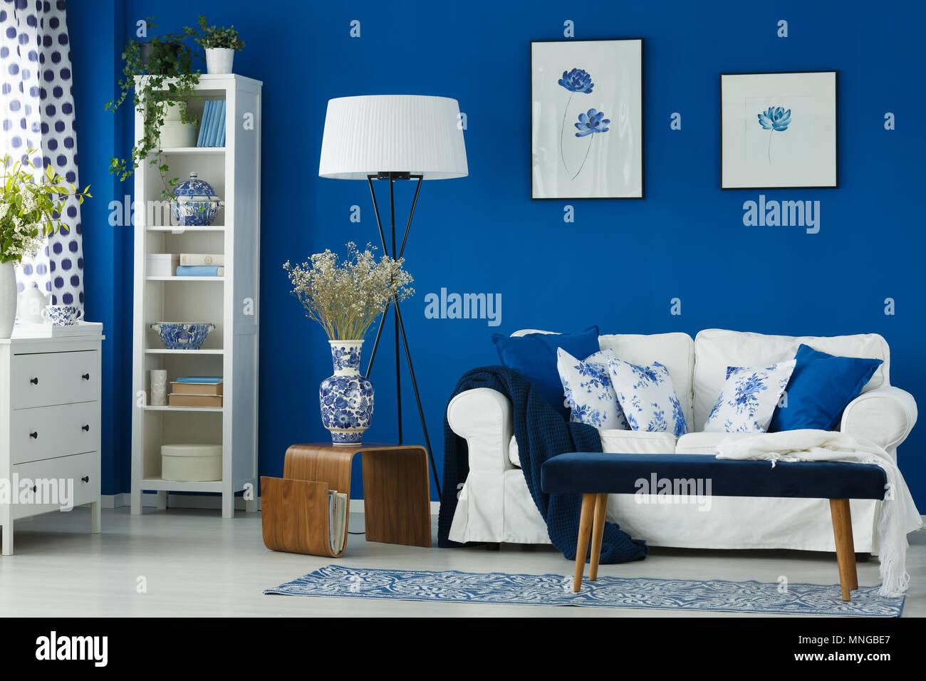 Gemütliches, stilvolles Wohnzimmer mit blauen Wänden Stockfoto