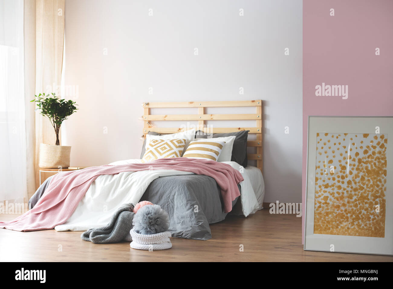 Gemütliches Schlafzimmer mit Rosa und Weiß Grau Zubehör ...