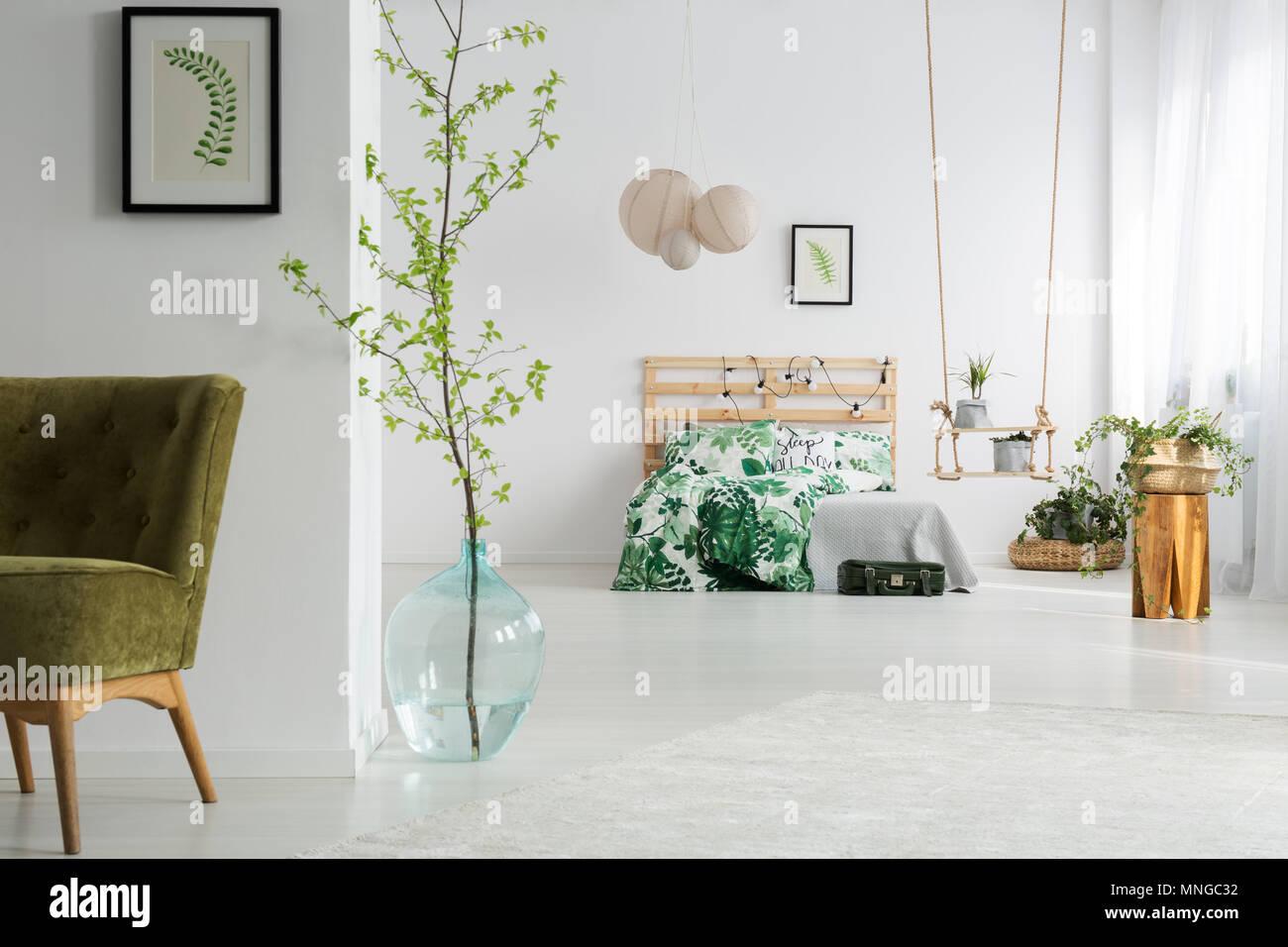 Grun Und Weiss Offenes Schlafzimmer Mit Bett Swing Und Sessel Stockfotografie Alamy