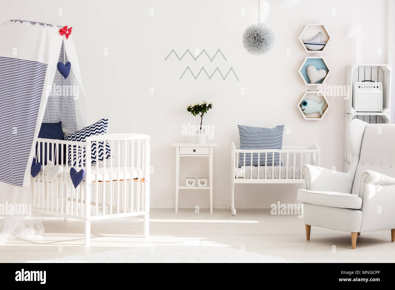 Kleinkind Schlafzimmer mit einfachen weißen Möbeln und Dekorationen ...