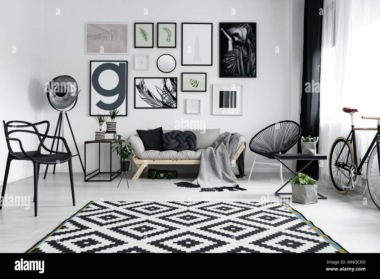 375e3c62e2717b Gemusterten Teppich im gemütlichen Wohnzimmer in Schwarz und Weiß ...