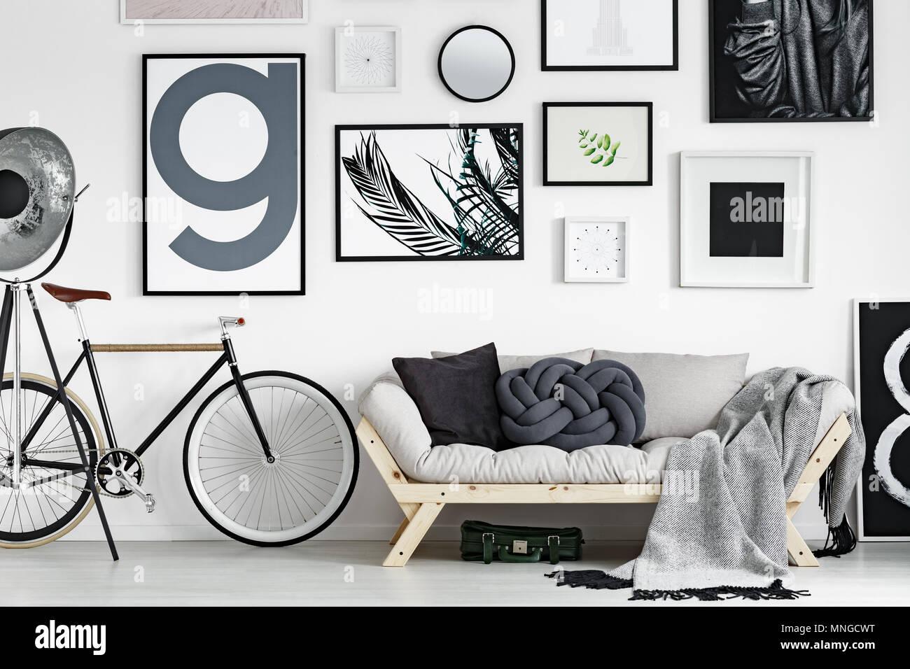 Vintage Bike Durch Hölzerne Sofa Im Skandinavischen Stil Wohnzimmer