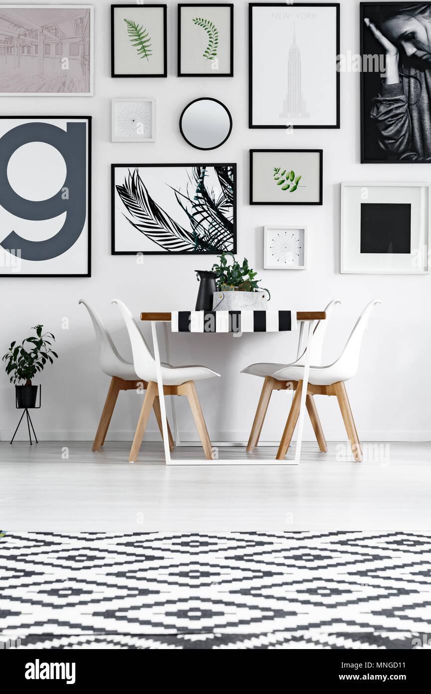 Esszimmer In Schwarz Weiss Muster Mit Poster An Der Wand Stockfotografie Alamy
