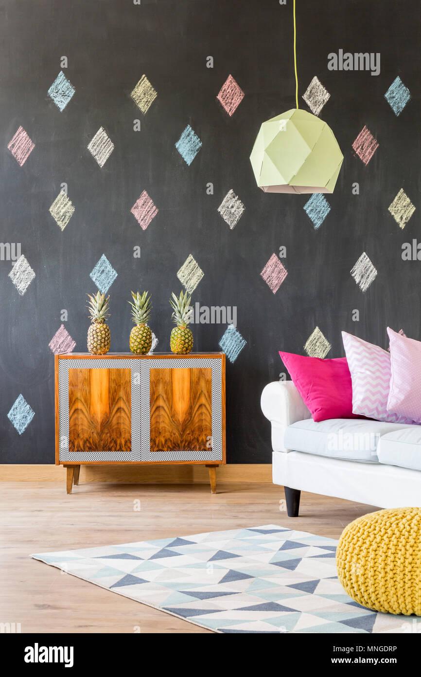 Stilvolle Wohnung Mit Blackboard Muster Teppich Exotische Kommode