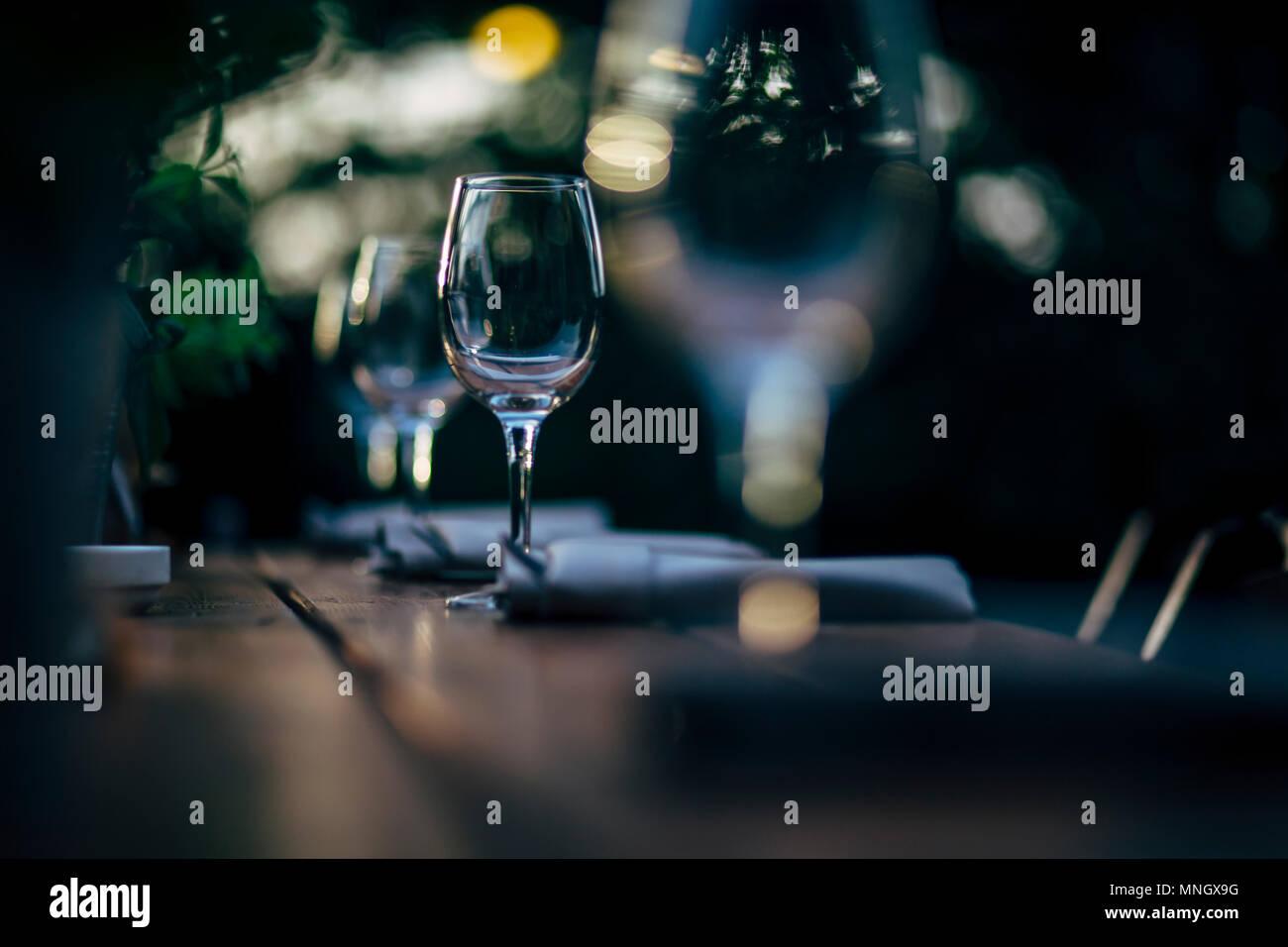 Luxus Tabelle Einstellungen für feine und Glaswaren, schöner Hintergrund verschwommen. Für Events, Hochzeiten und andere Veranstaltungen. Stockbild
