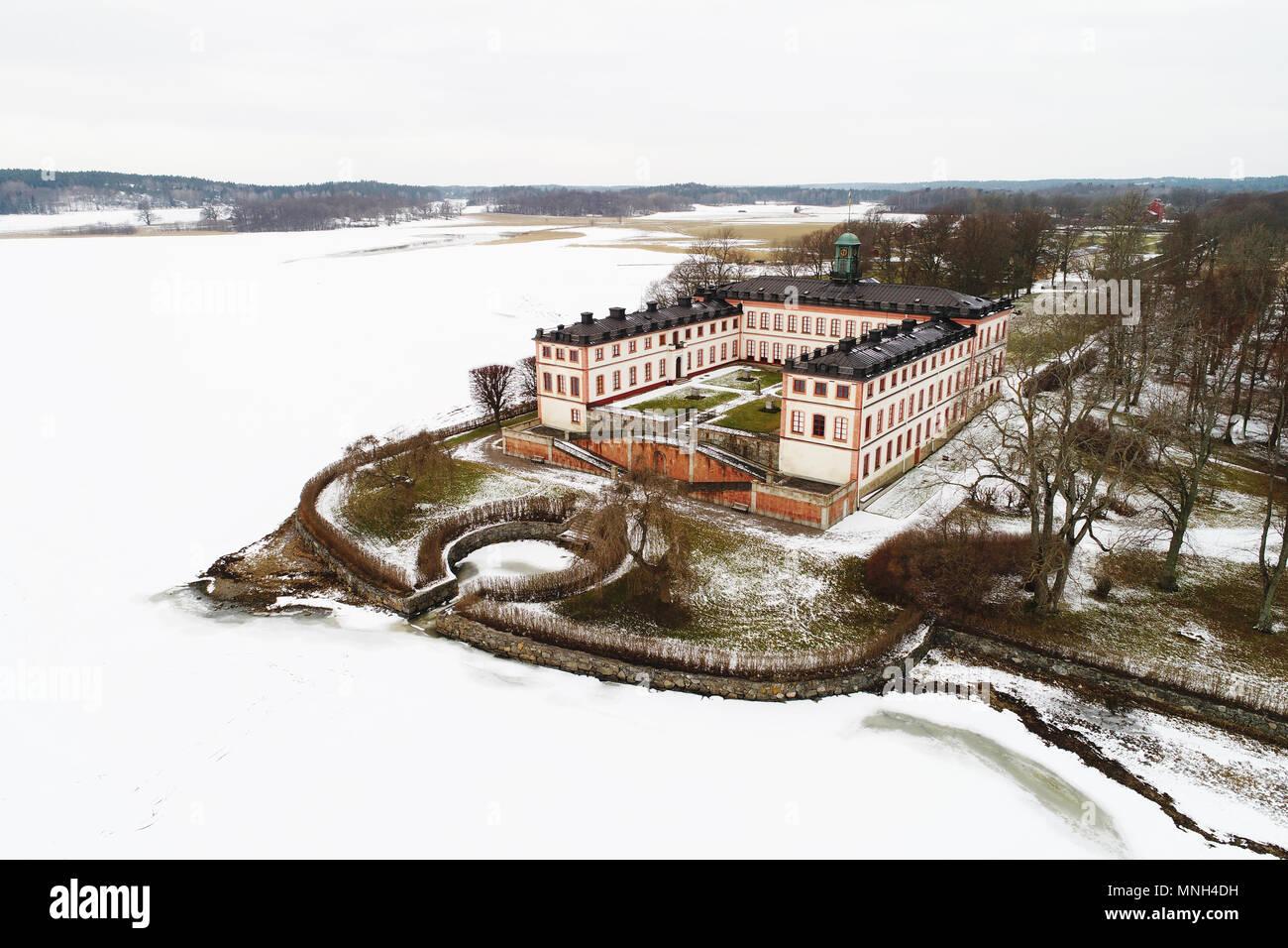 Flygbild över ett vintrigt Tullgarns slott Stockbild