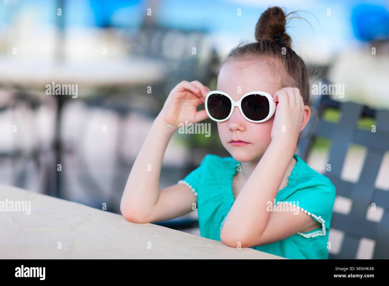 Casual Portrait von kleinen Mädchen im Freien auf Sommer Tag Stockbild