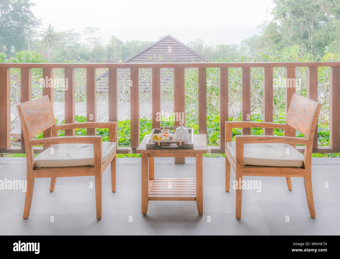 Holz Garten Mobel Im Garten Mit Holzernen Stuhl Und Tisch Stockfoto