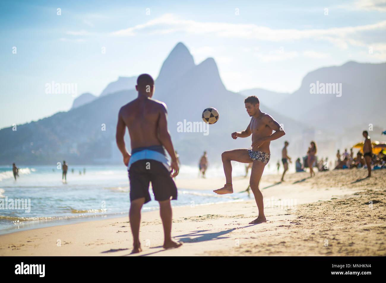 RIO DE JANEIRO, BRASILIEN - ca. März 2018: Junge Brasilianer spielen Sie eine Partie Fußball Keepy Uppy'-altinho' am Ufer des Ipanema Beach. Stockfoto