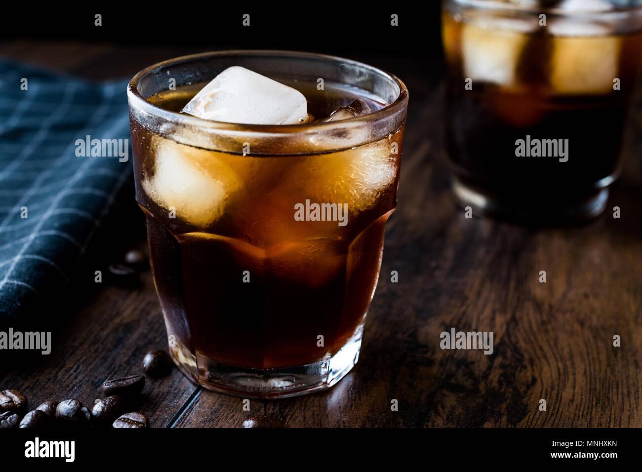 Kalter Kaffee brühen, mit Eis oder Eiskaffee. Bio Trinken. Stockfoto
