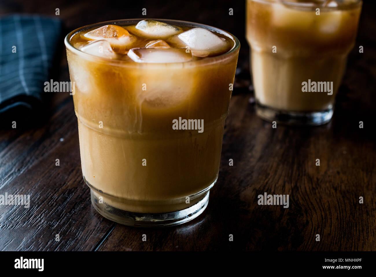 Kalter Kaffee brühen mit Milch und Eis. (Eiskaffee). Bio Trinken. Stockfoto