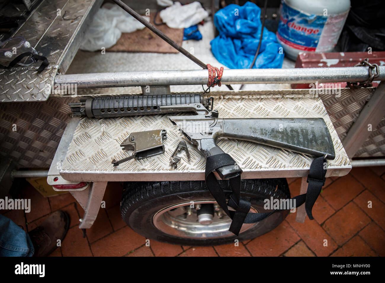 Philadelphia, Pennsylvania/USA. Aktivisten aus der gemeinschaftlichen Organisationen bezüglich - Zweck eine AR-15 als Teil der Tag der Aktion fordert Senator Pat Toomey (R-PA) zu Co-sponsor Bill S. 2095 der Verkauf und die Herstellung von Angriff Waffen zu verbieten. 16. Mai 2018. Quelle: Chris Baker Evens Stockbild