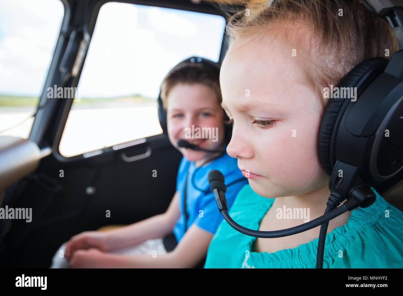 Kinder in der Kabine der Hubschrauber vor dem Flug mit kleinen Mädchen, Angst, Kinder in der Kabine der Hubschrauber vor dem Flug mit kleinen Mädchen, Angst Stockbild