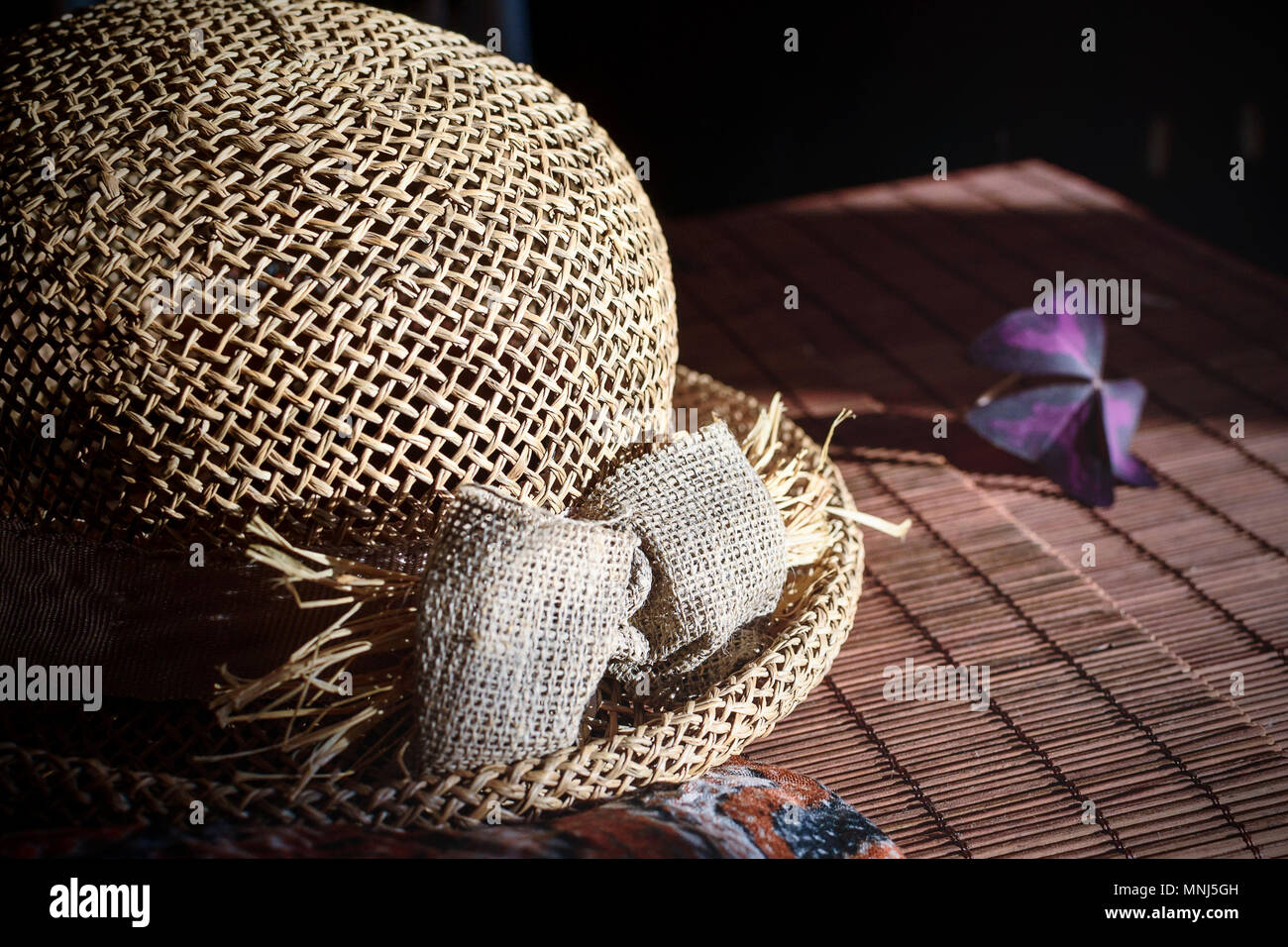 Stroh Hut Auf Dem Bambus Tischdecke Stockfoto Bild 185410977 Alamy