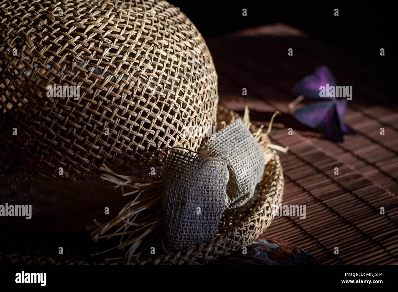 Stroh Hut Auf Dem Bambus Tischdecke Stockfoto Bild 185410992 Alamy