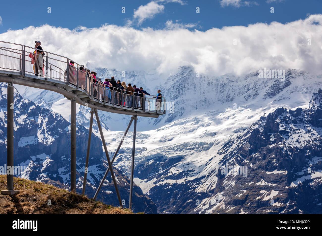 Menschen auf der Aussichtsplattform an der Spitze des ersten Berg oberhalb von Grindelwald, Berner Oberland, Schweiz Stockbild