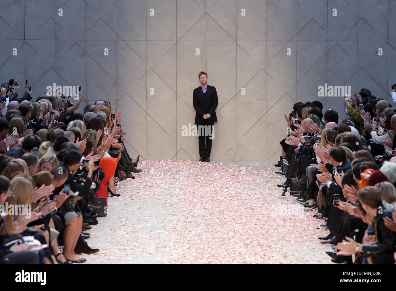 Designer Christopher Bailey auf dem Laufsteg an der Burberry Prorsum fashion show bei der Londoner Fashion Week SS 2014. Somerset House, London, 16. September 2014 --- Bild von: © Paul Cunningham Stockbild