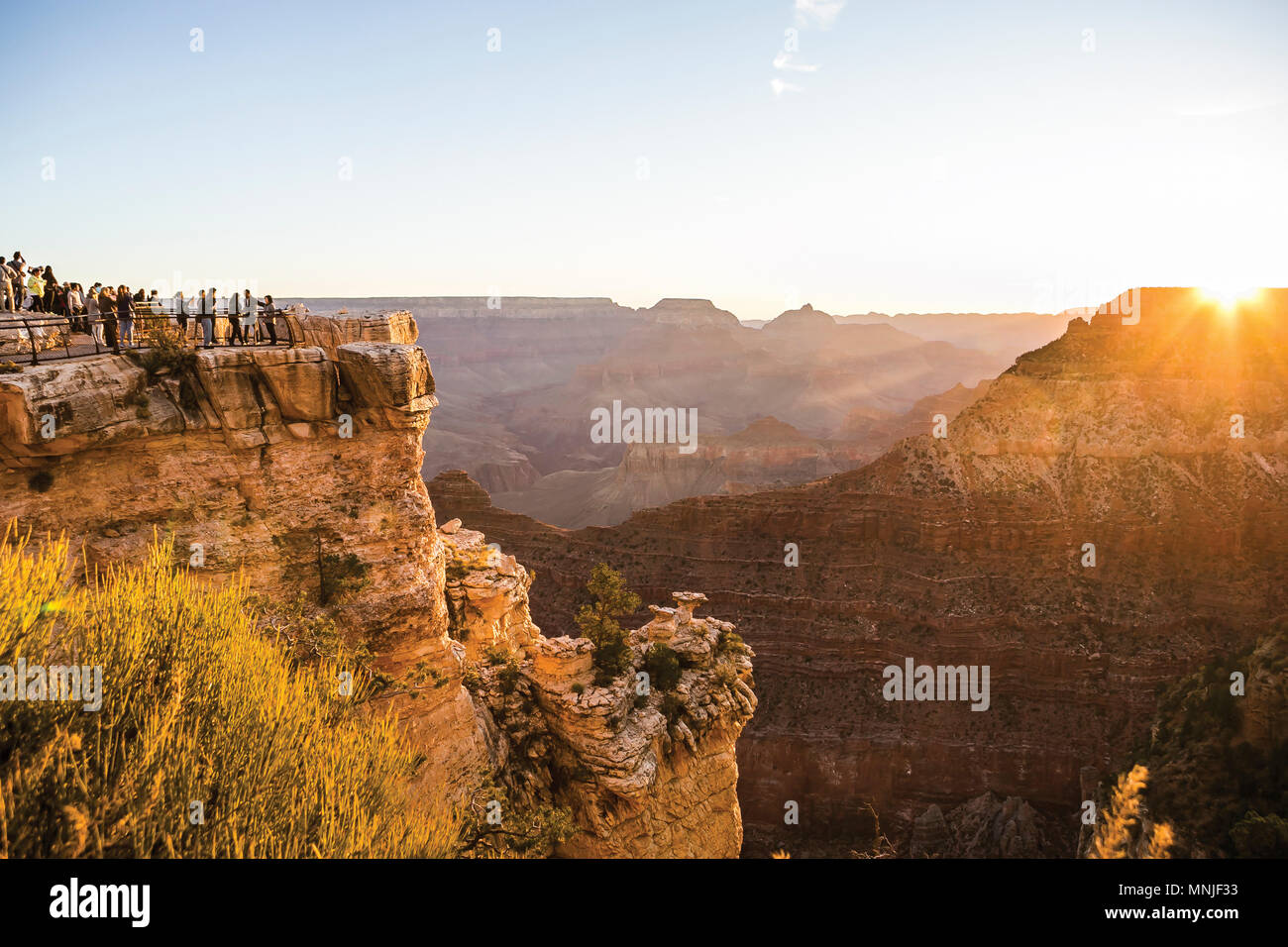 Majestic View mit Touristen beobachten Sonnenaufgang über North Rim des Grand Canyon National Park von Mathers Point am South Rim, Arizona, USA Stockfoto