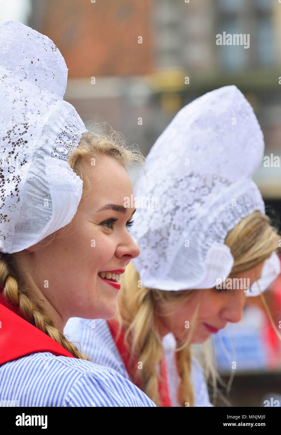 Niederländische Mädchen in traditioneller Tracht auf dem Käsemarkt in Alkmaar Käsemarkt, Holland' Käse Mädchen verkauft Proben am Käsemarkt Stockbild