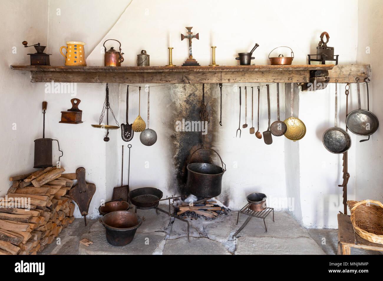 Vorderansicht eines Retro Stil rustikale Küche mit offenem Kamin ...