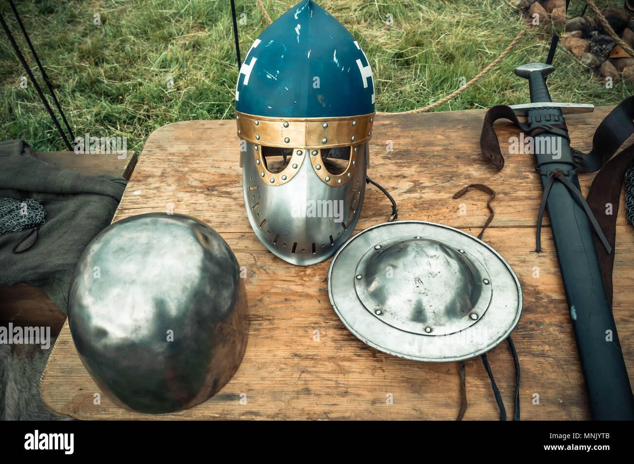 Mittelalterliche Szene. Mittelalterliche Ritter Attribute sind Helm, Kettenhemd, Schild Schild, Schwert, Hellebarde. Rekonstruktion des mittelalterlichen Lebens Stockbild