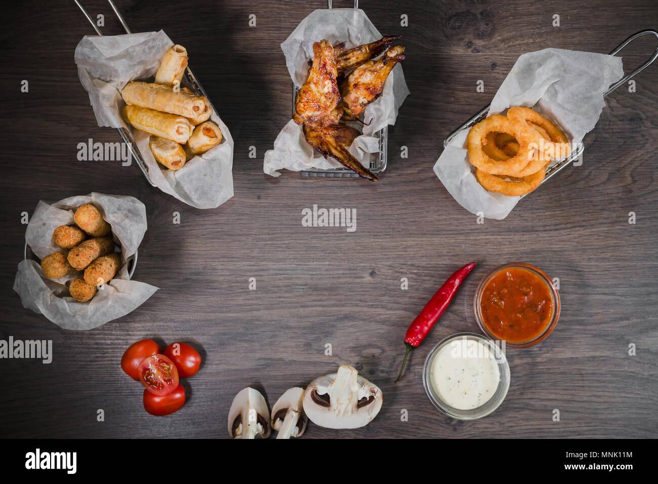 Snack für Bier in Form von Nuggets Käse Ringe und gebratene Hähnchenschenkel Stockbild