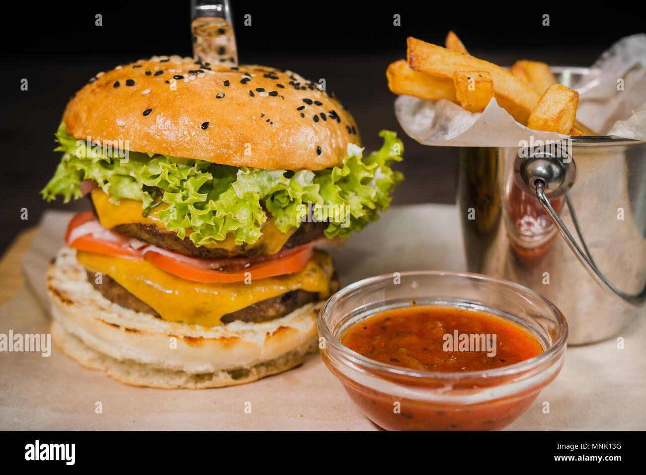 Burger Mit Bratkartoffeln Und Tomatensauce Auf Einem Stand Aus Holz