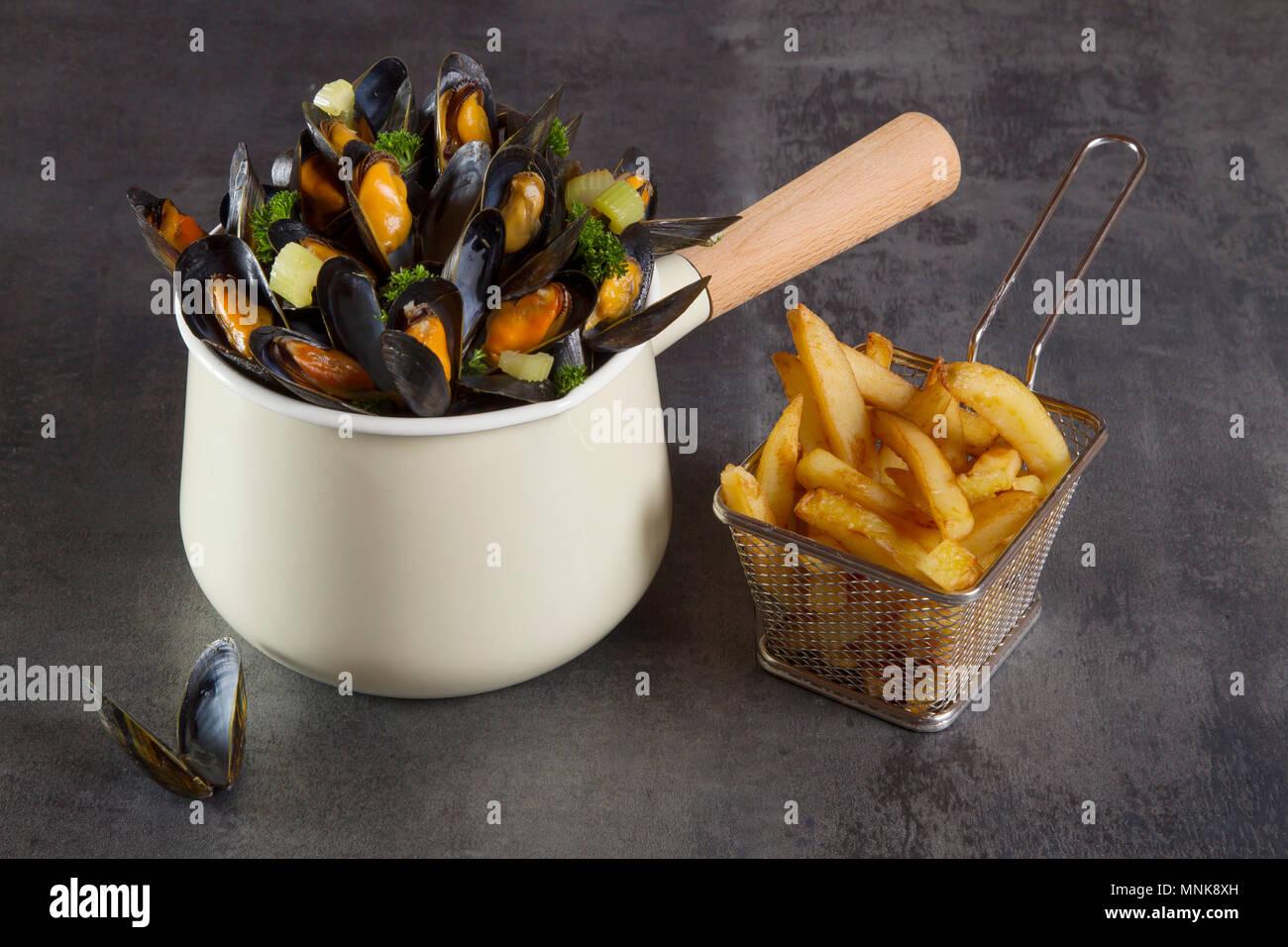 Muscheln und Pommes frites Stockbild