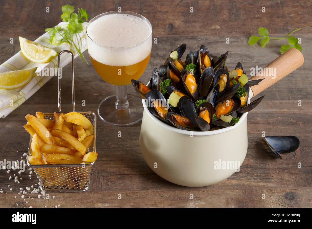 Muscheln, Pommes frites und ein halbes Pint Bier Stockbild