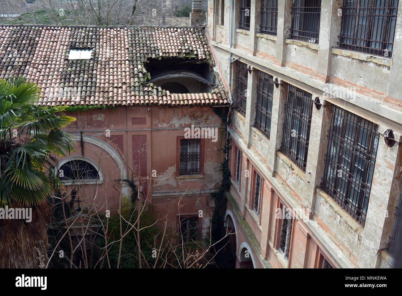 Blick auf Loch im Dach des verlassenen Italienischen psychiatrischen Krankenhaus Gebäude von der oberen Etage Stockbild