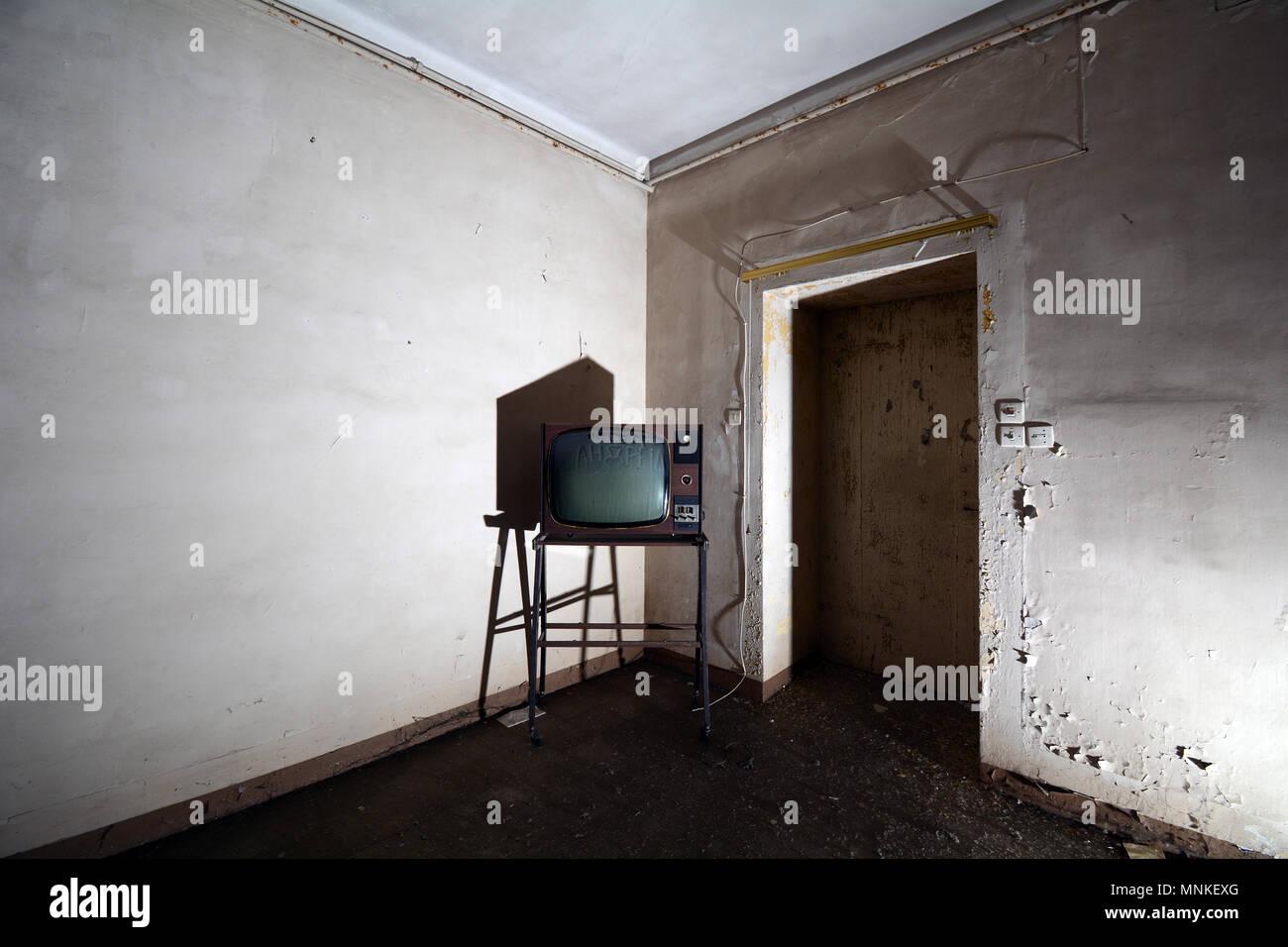 Vintage Fernseher in der Ecke der Zimmer in einem verlassenen Italienischen psychiatrischen Krankenhaus Gebäude Stockbild
