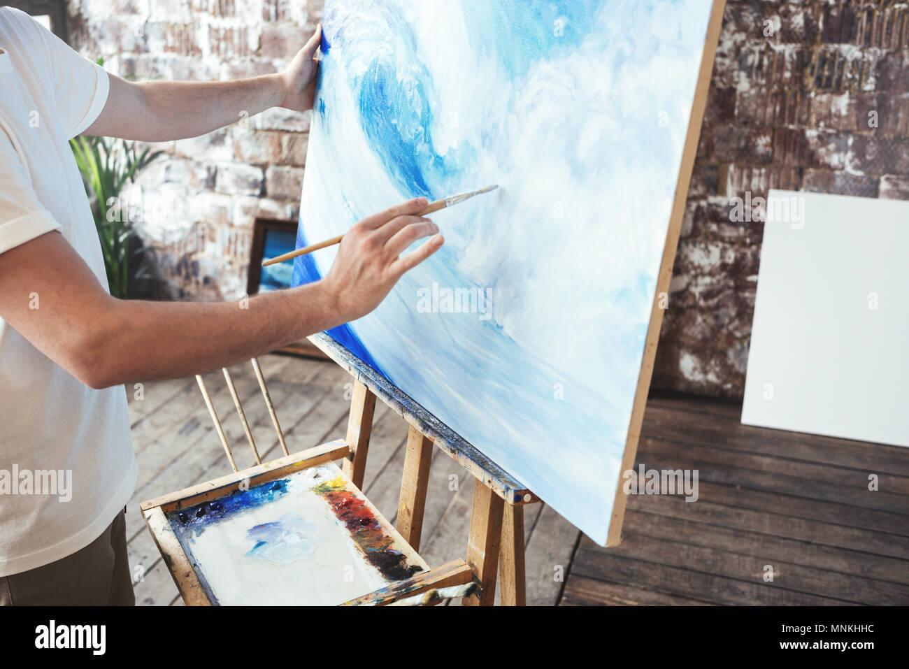 Prozess der Zeichnung mit oilpaints und Pinsel. Künstler malt auf Leinwand malen auf staffelei im Studio. Hobby Stockbild