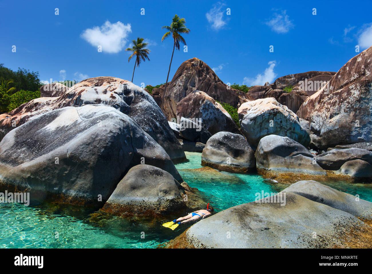 Junge Frau Schnorcheln in Türkis tropisches Wasser unter riesigen Granitfelsen auf die Bäder, Strand, British Virgin Islands, Karibik Stockfoto