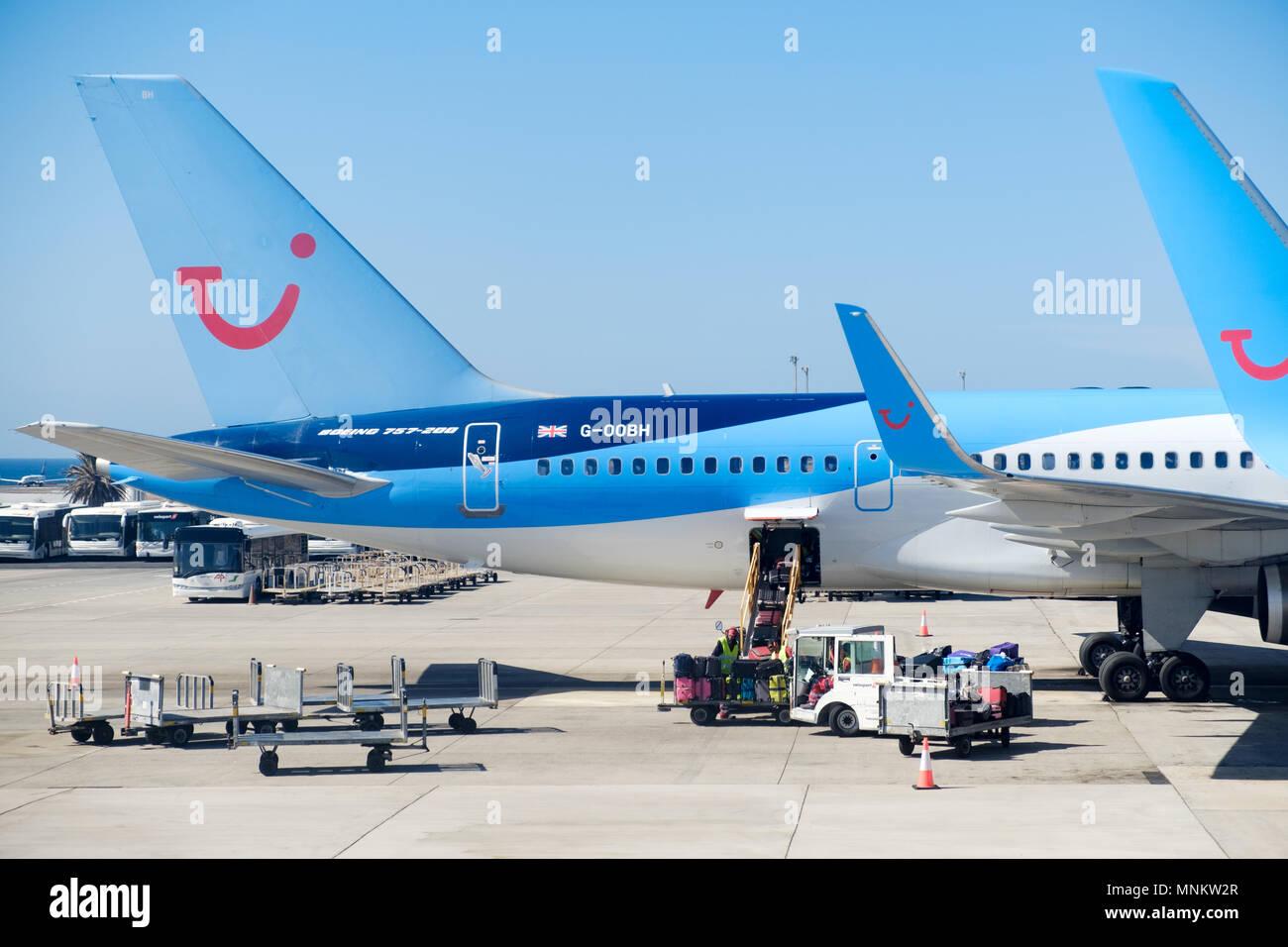 TUI Boeing Flugzeuge auf dem Vorfeld des Flughafen. GSE sind Wartung eine Ebene. Die Flugzeuge deutlich anzeigen das TUI Logo und auf den ebenen Schwanz Stockbild