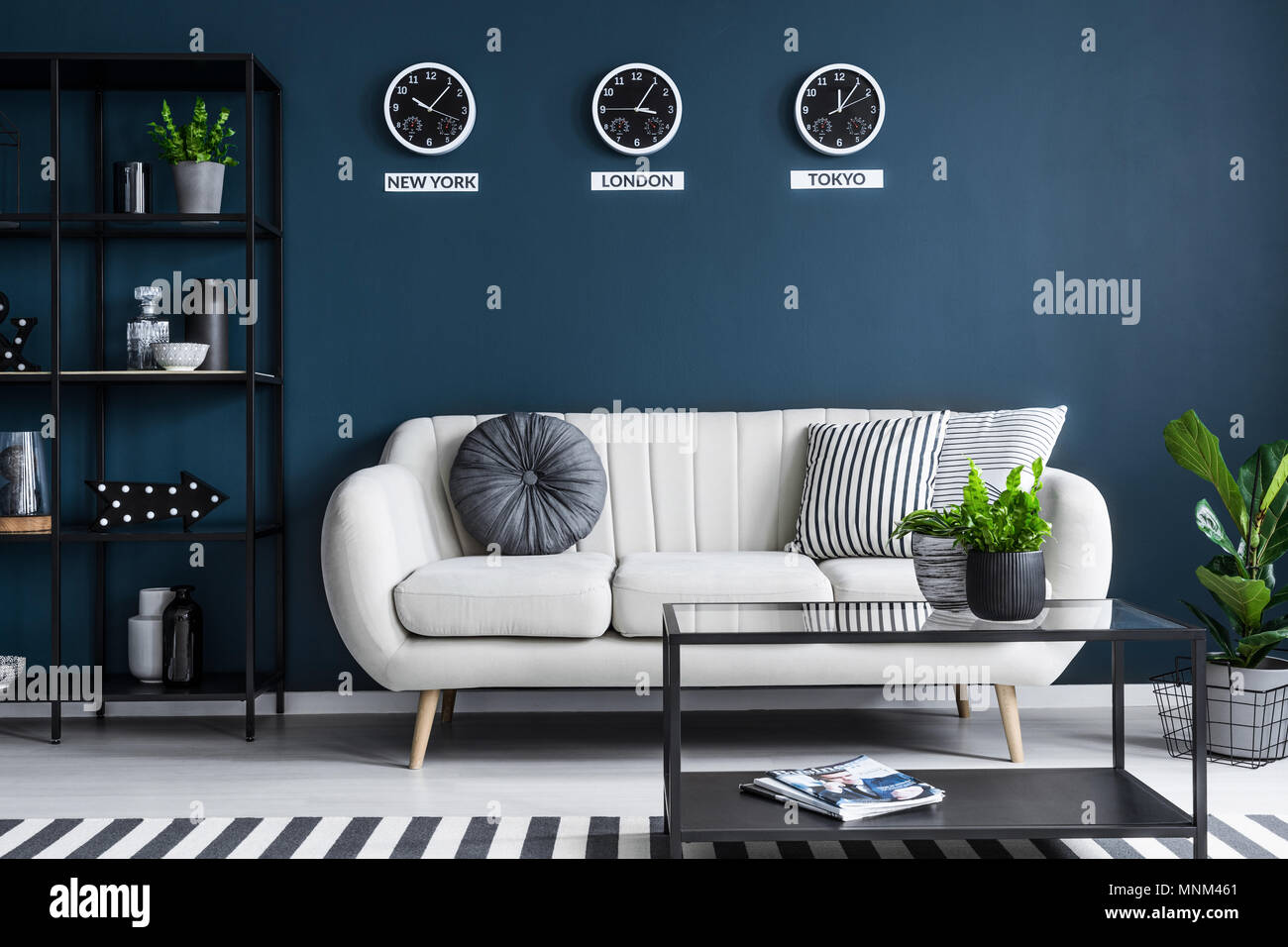 Elegante Beige Sofa In Einem Dunklen, Navy Blue Wohnzimmer Einrichtung Mit  Schwarzen Möbeln Und Stilvolle Einrichtung
