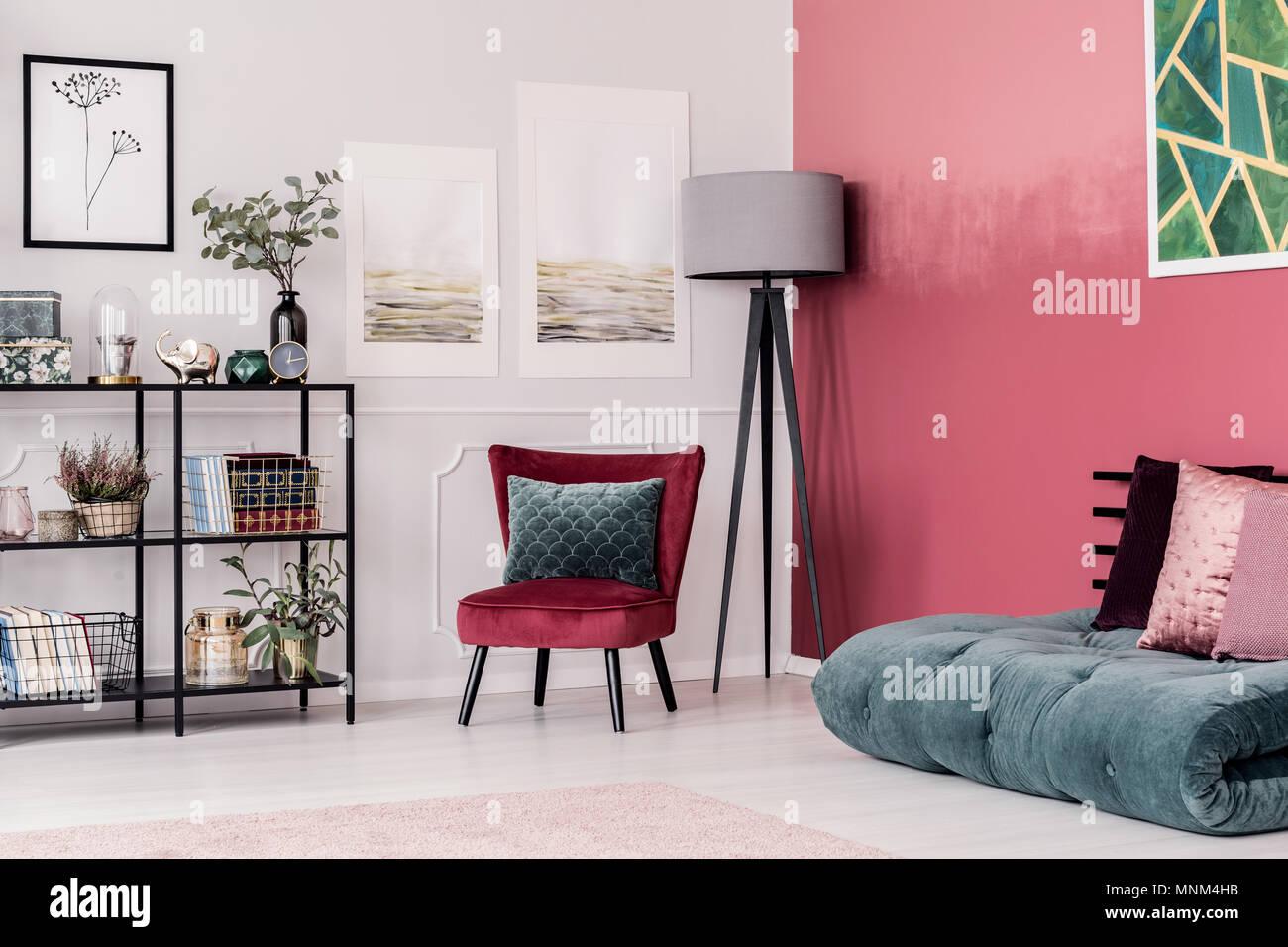 Smaragdgrün Futon Mit Rosa Kissen Auf Dem Boden Gegen Rot, Ombre Wand Im  Eleganten Wohnzimmer Interieur Mit Grauen Lampe Und Samt Stuhl