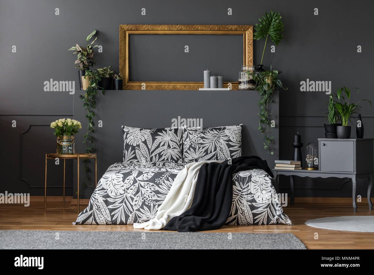 luxurise dunklen wohnung zimmer interieur mit einem gemtlichen doppelbett eleganten grauen mbeln gold dekorationen und pflanzen