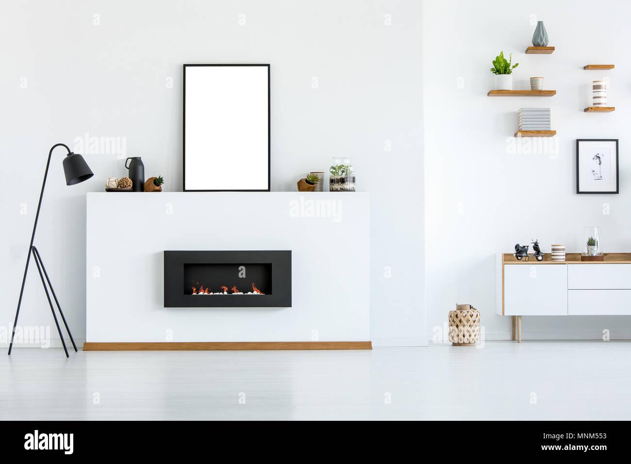 Schwarze Lampe neben dem Kamin in Weiß Wohnzimmer Interieur mit ...