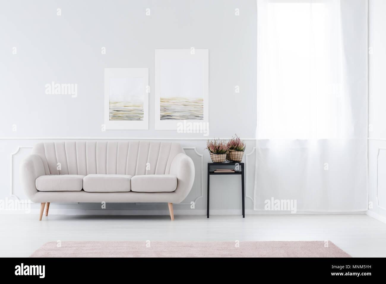Helle, Minimalistische Wohnzimmer Interieur Mit Beige Sofa Stand In Der  Nähe Der Fenster Und Schwarz Hocker