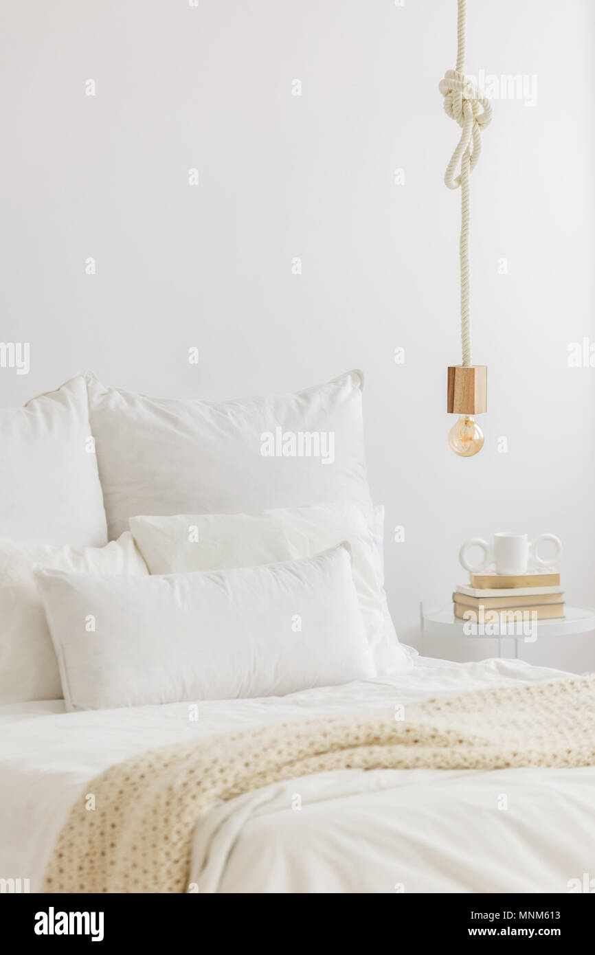 Nahaufnahme Von Gold Lampe Lampe Hangend Uber Dem Bett Mit Weisser
